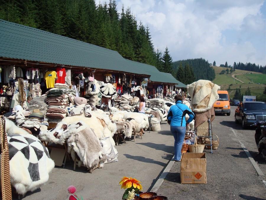 Сувенирный рынок на Яблуницком перевале (фото взято с www.smile-tour.com.ua)